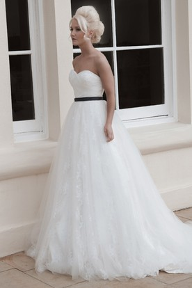 Floor-Length Sweetheart Appliqued Tulle Wedding Dress With Chapel Train And V Back