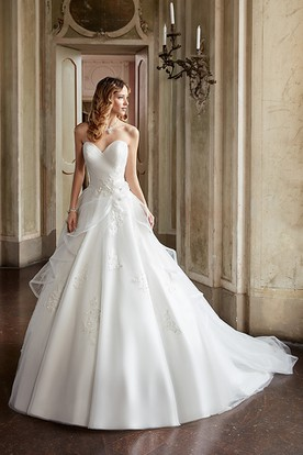 Ball Gown Appliqued Sweetheart Tulle Wedding Dress With Criss Cross And Flower