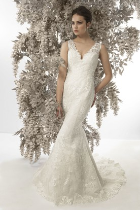 Mermaid V-Neck Appliqued Sleeveless Lace Wedding Dress With Court Train