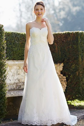 A-Line Appliqued Sweetheart Sleeveless Floor-Length Lace Wedding Dress