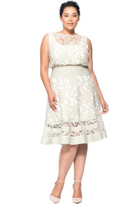 Knee-Length Sleeveless Appliqued Bateau Neck Lace Cocktail Dress