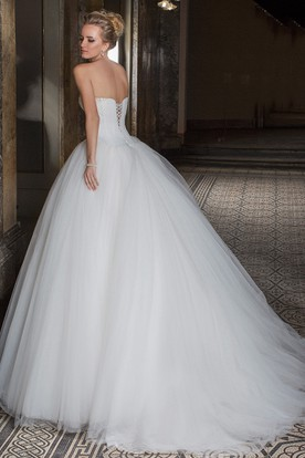 Ball Gown Sleeveless Sweetheart Beaded Tulle Wedding Dress With Brush Train