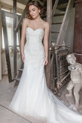 Sweetheart Floor-Length Appliqued Tulle Wedding Dress With Court Train
