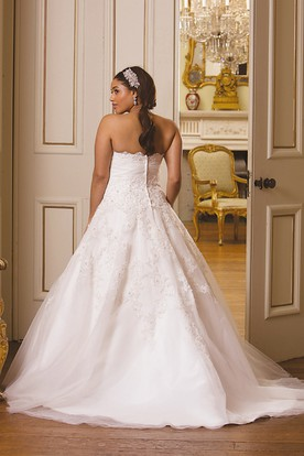 A-Line Strapless Long Lace Plus Size Wedding Dress With Appliques And Brush Train