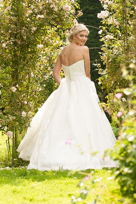 Floor-Length Sweetheart Floral Lace Wedding Dress With Brush Train And V Back