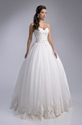 Lace Bodice Tulle Ball Gown With Sweetheart Neck And Appliqued Hemline