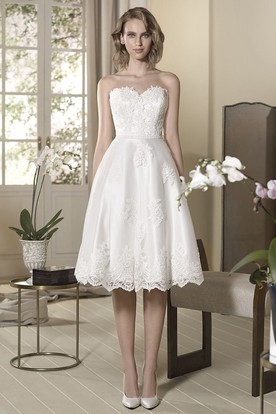 b88bfdbaad7 A-Line Appliqued Knee-Length Sweetheart Sleeveless Satin Lace Wedding Dress  ...